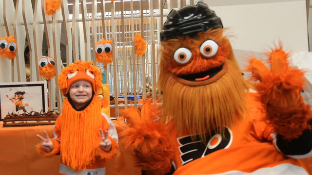 Charlottesville boy gets to meet pen pal, Philadelphia Flyers mascot, 'Gritty'